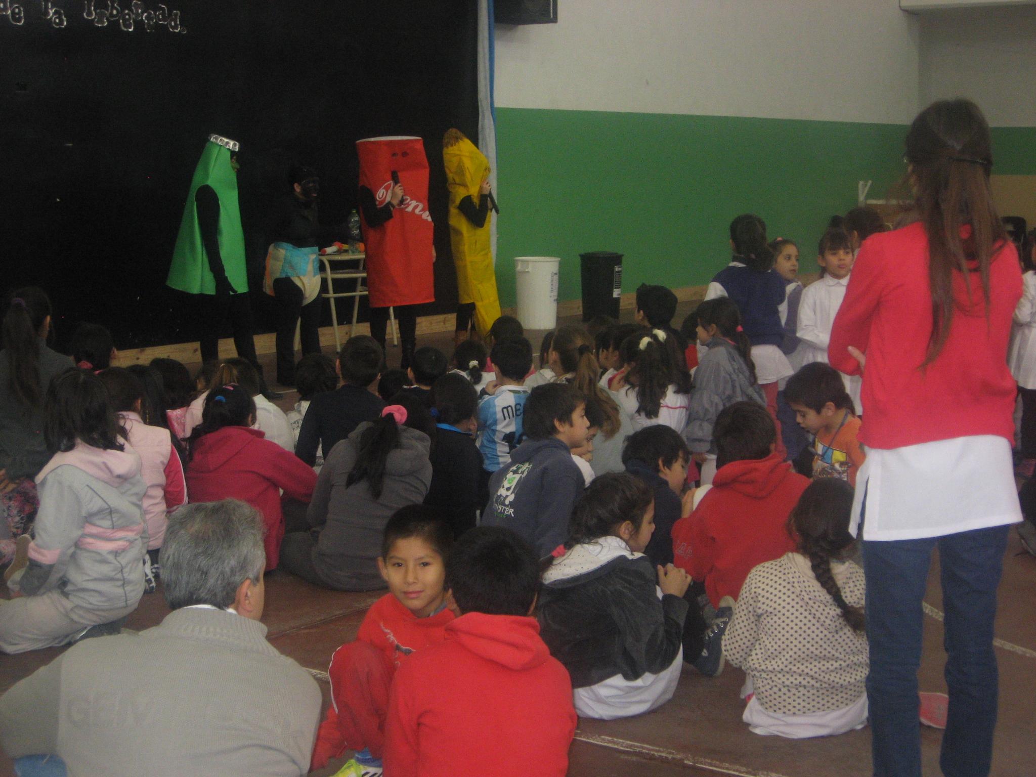 Casi 600 alumnos presenciaron obra de teatro que educa sobre la importancia de la separación de los residuos